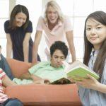 留学している女性とクラスメイト
