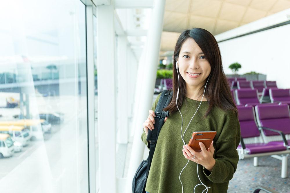 海外旅行に出かける前の女性