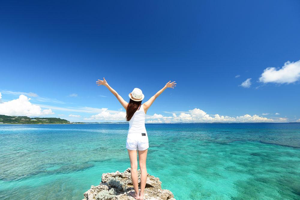 海外旅行を楽しんでいる女性