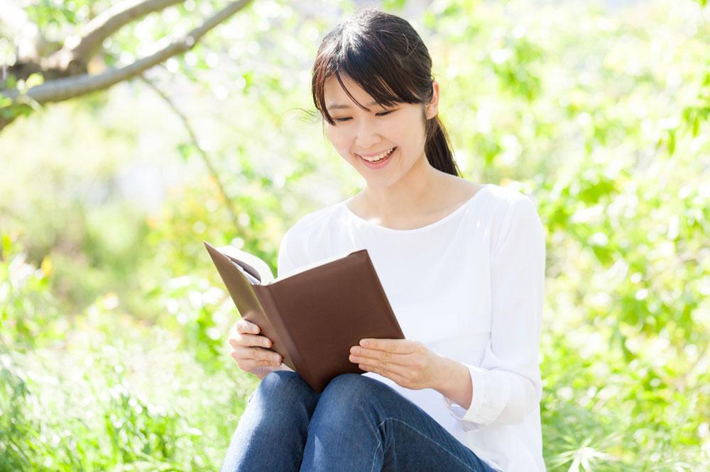 本を読みながら英語を学ぶ女性