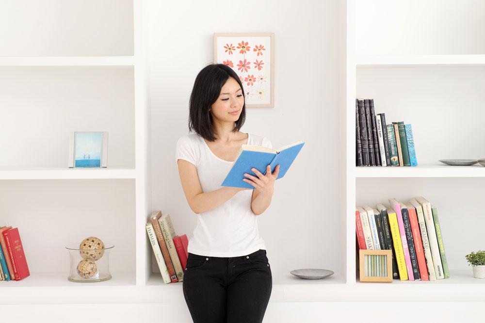 英語を学ぶ女性