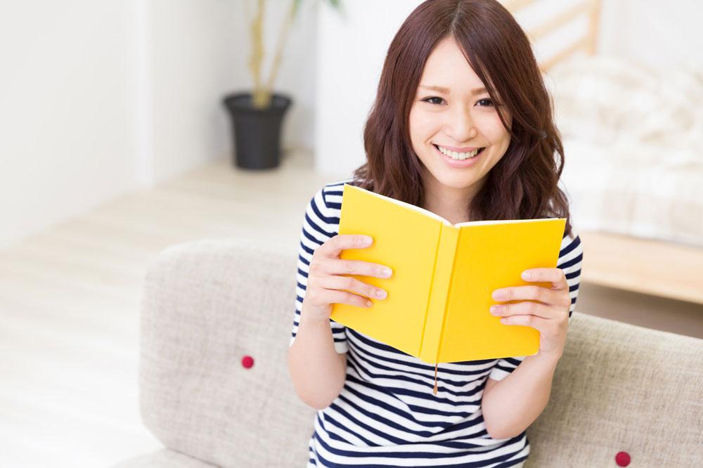 漫画を読む女性