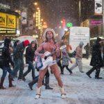 1月21日、ニューヨークのタイムズスクエアでは、「裸のカウボーイ」として知られるロバート・バークさんが吹雪の中、普段通りのパフォーマンスを行った(2014年 ロイター/Darren Ornitz)