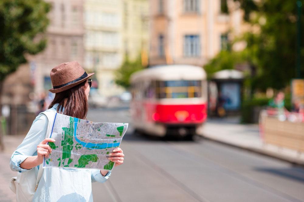 バスを探す女性
