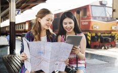 留学先で地図を見る女性