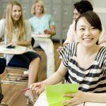 留学先で授業を受ける日本人女性