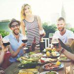 オープンな雰囲気で外国人と談笑する食事会