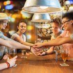 バーで意気投合する学生たち