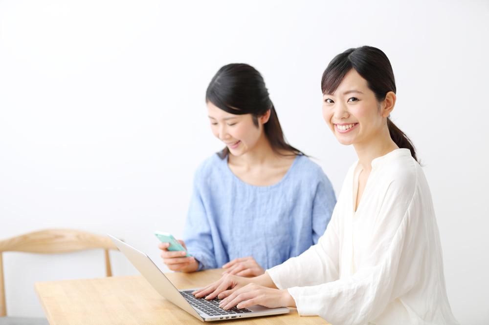 英語を学ぶ2人の女性