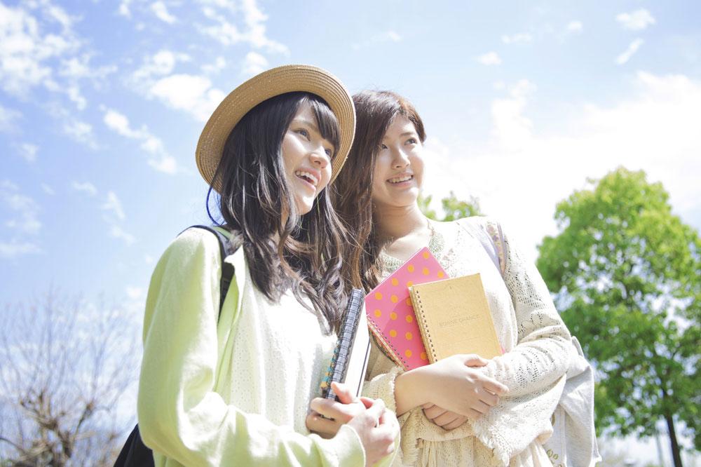 留学する2人