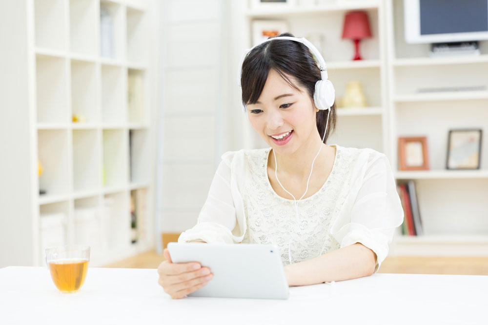 英語学習アプリで勉強する女性