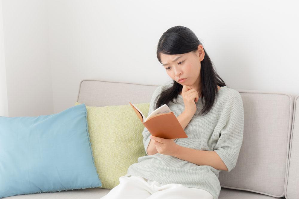 速読しようとする女性