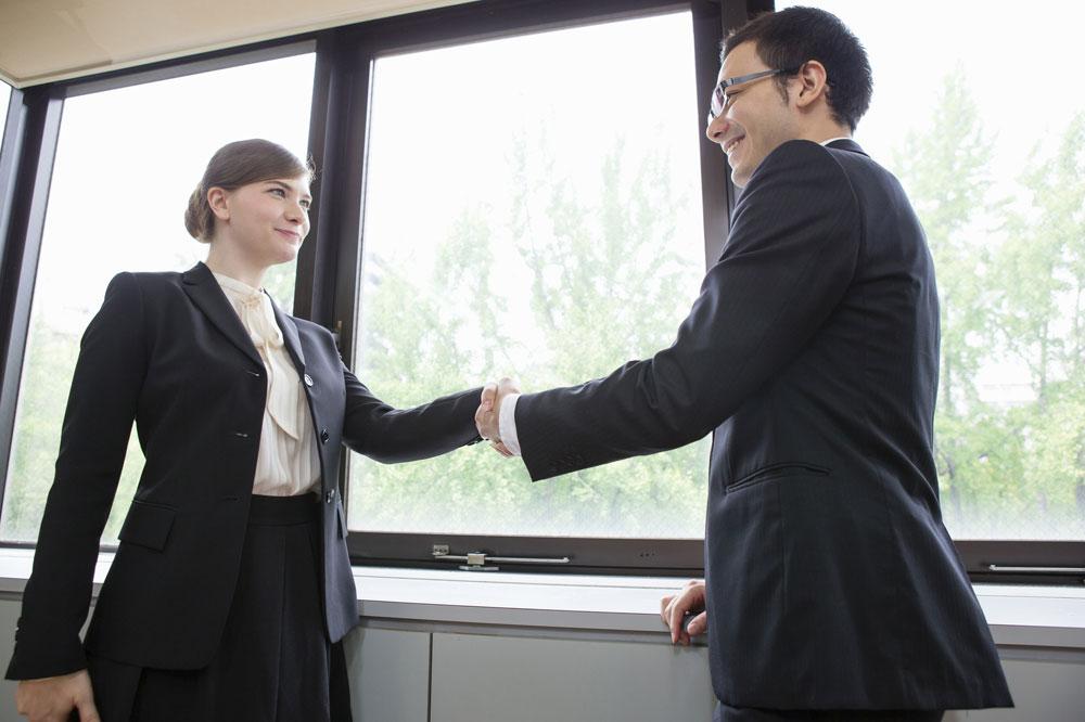 ビジネスで握手