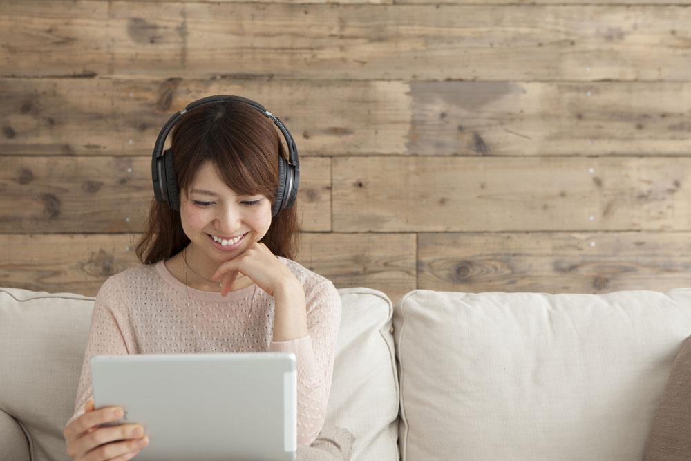 オンライン英会話レッスンを受講する女性