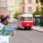 留学先で観光地を巡る女性