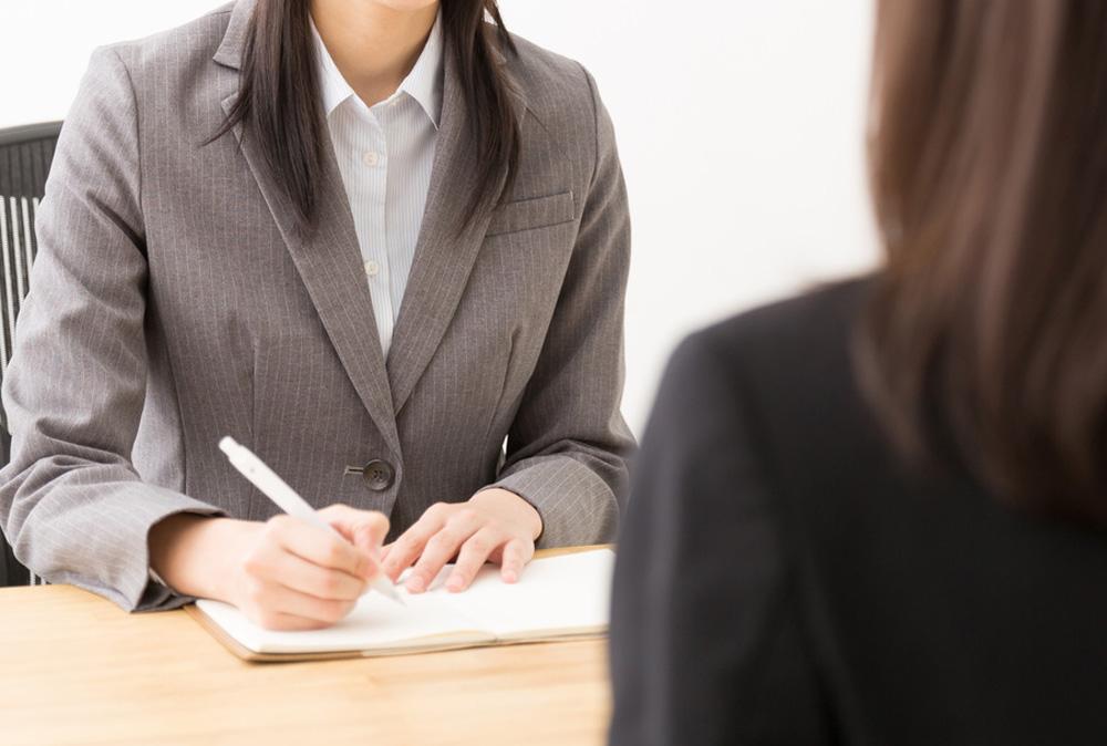 就職活動をする女性